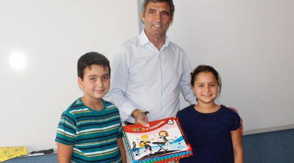 Município entrega livros de fichas e manuais das Atividades Extracurriculares