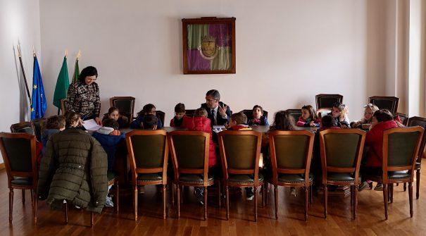 Crianças do Jardim de Infância do Centro Social e Paroquial de São Miguel de Lobrigos entrevistam Presidente